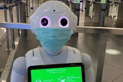 Ρομπότ ενημερώνουν επιβάτες στο Ελ. Βενιζέλος για τα μέτρα προστασίας