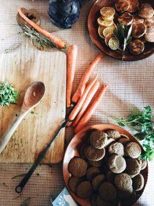 βιταμίνη Α καρότα και μπισκότα σε τραπέζι