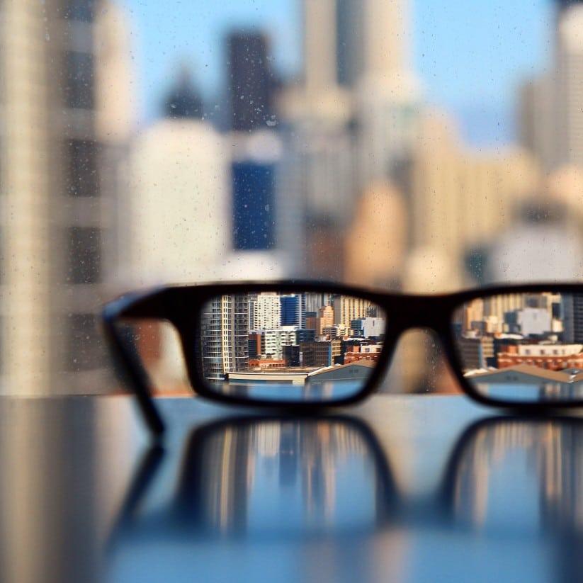 Γυαλιά υπερμετρωπίας καθρεφτίζουν τη πόλη