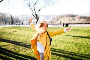 βιταμίνη D γυναίκα απολαμβάνει τον ήλιο