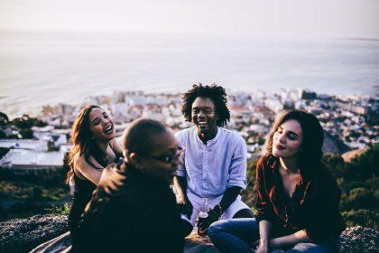 Στην οικογένεια ή στον φιλικό περίγυρο περνούν οι άνθρωποι πιο ευχάριστα;