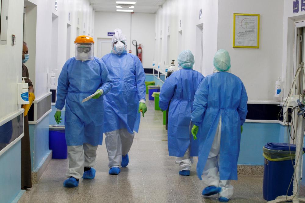 γιατροί στο διαδρομο covid-19