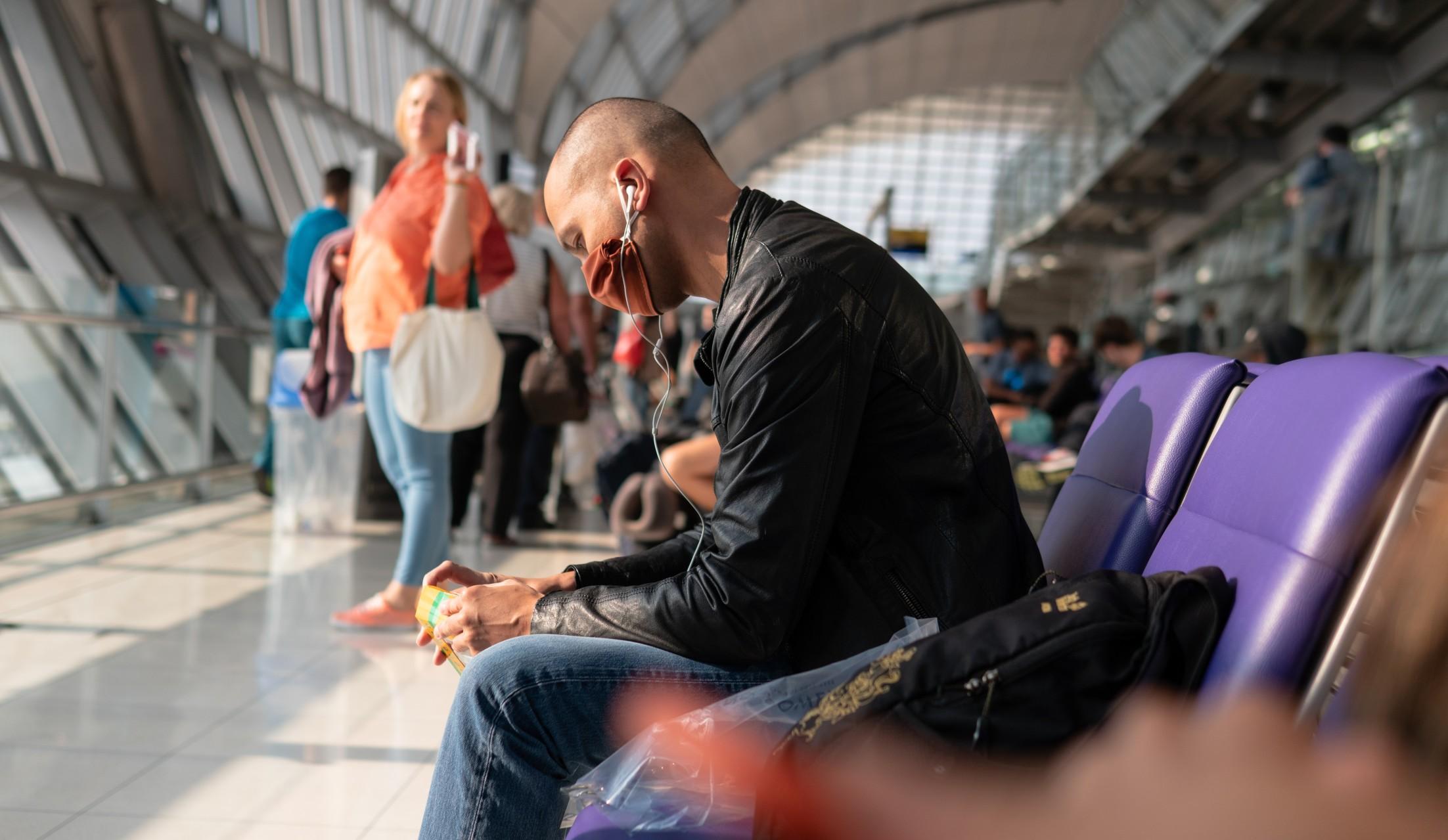 Άντρας σε αεροτουρίστες έλεγχος rapidδρόμιο