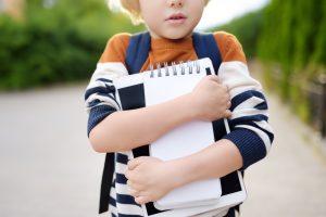 bullying παιδί φοβισμένο κρατά το τετράδιό του
