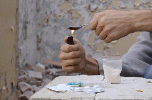 ΚΕΘΕΑ ΕΞΕΛΙΞΗΣ χρήστες ουσιών ζεσταίνουν ηρωίνη