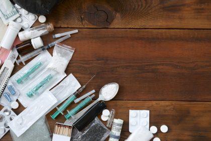 ΚΕΘΕΑ ναρκωτικά χρήστες ουσιών σε τραπέζι ηρωίνη κοκαΐνη σύριγγα