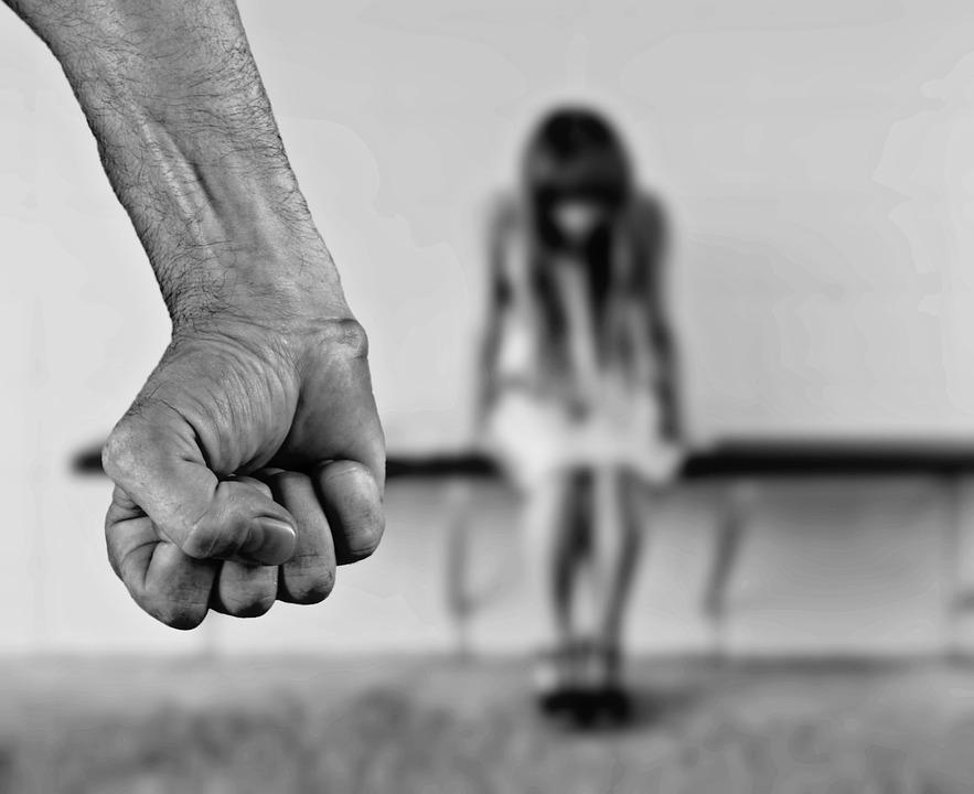 Άντρας πέφτει στο ατόπημα της ενδοοικογενειακής βίας.