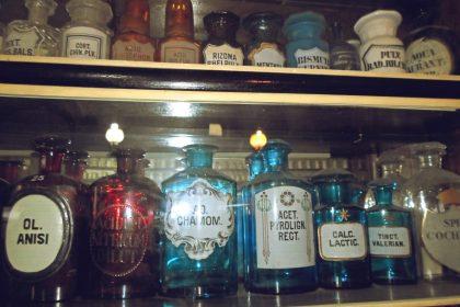 αρχαία φάρμακα σε μπουκάλια με χρώματα