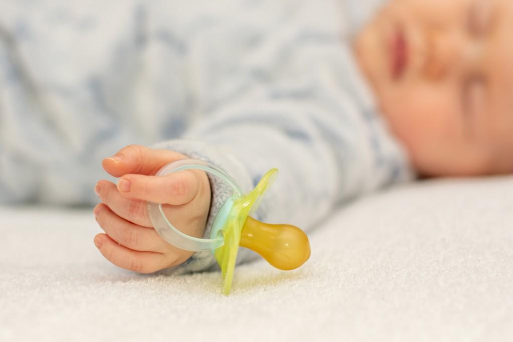 μωρό που κοιμάται με πιπίλα