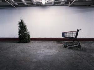 ΚΕΘΕΑ ΕΞΕΛΙΞΙΣ χριστούγεννιάτικο δένδρο σε εγκαταλελειμμένο κτήριο με ένα καρότσι