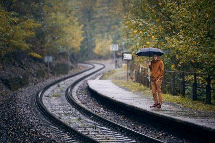 μοναξιά μόνος άνθρωπος με ομπρέλα