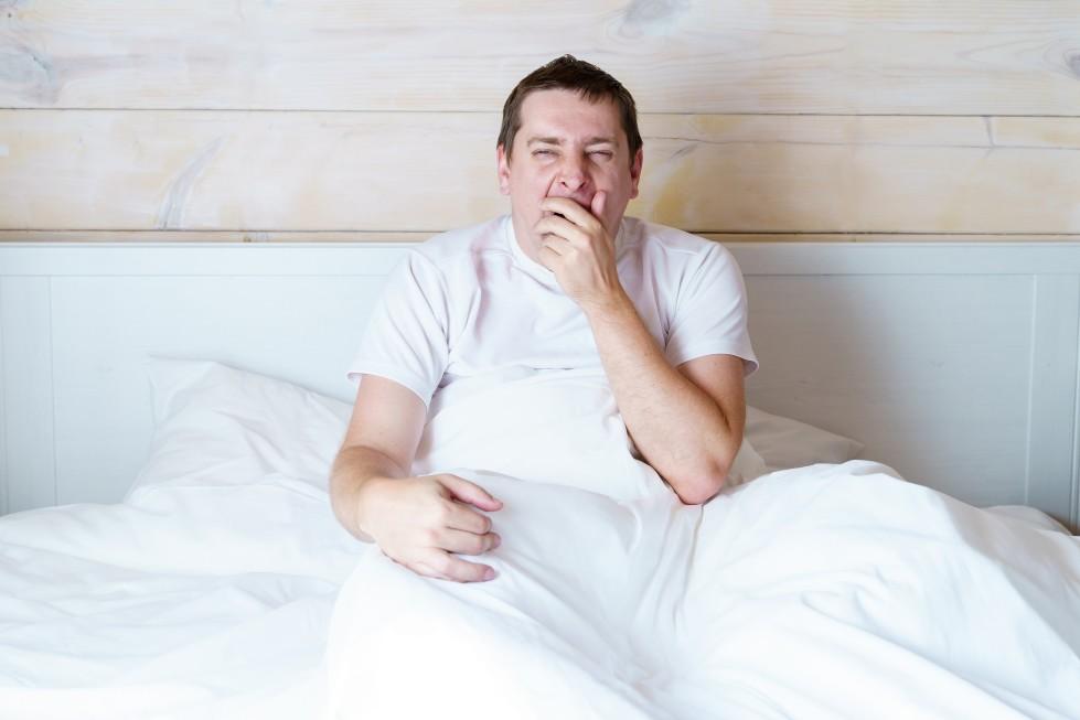 ναρκοληψία άνδρας χασμουριέται στο κρεβάτι