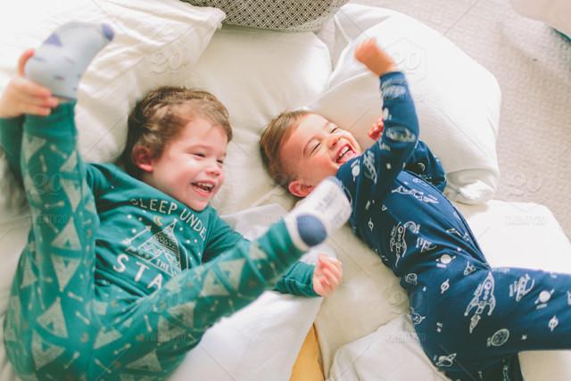παιδικές πιτζάμες παιδιά στο κρεβάτι παίζουν