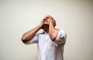 σύνδρομο θυμού άντρας θυμωμένος πιάνει το κεφάλι του