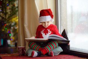Άγιος Βασίλης παιδί με χριστουγεννιάτικο σκουφάκι
