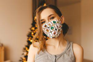 Χριστούγεννα κοπέλα με μάσκα με χριστουγεννιάτικα σχέδια