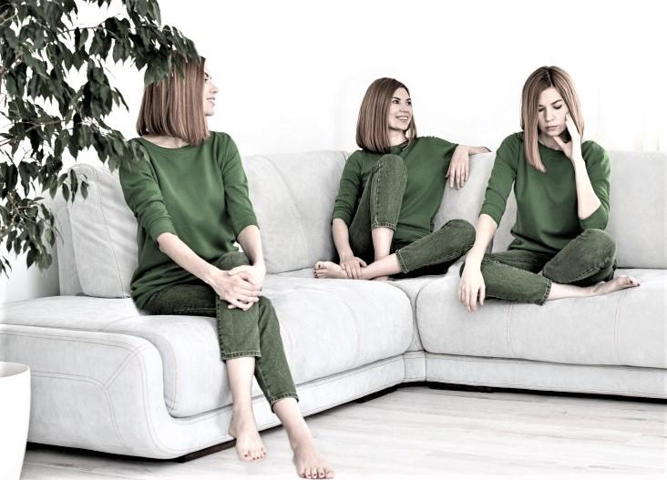 διασχιστική διαταραχή προσωπικότητας γυναίκα με πράσινα ρούχα 4 μορφές της σε καναπέ