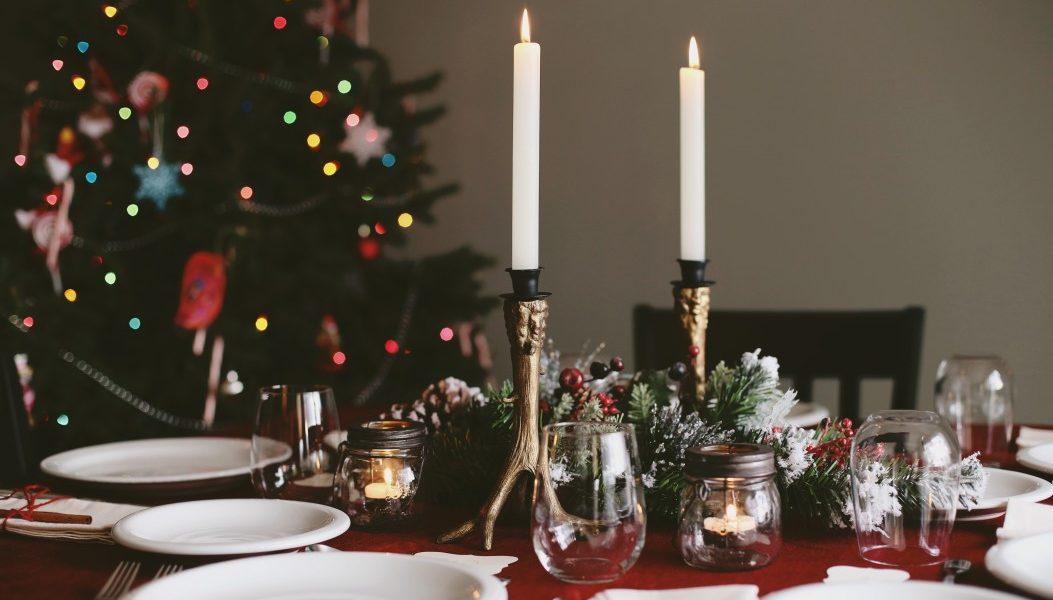χριστουγεννιάτικο τραπέζι για δείπνο με προσοχή