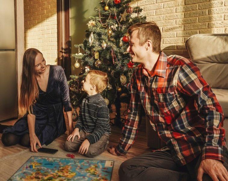 γονείς παίζουν επιτραπέζιο παιχνιδι με το παιδί τους