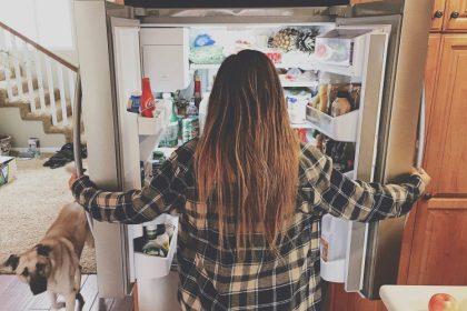 συμπτώματα της βουλιμίας γυνάικα ανοίγει το ψυγείο και το κοιτάει