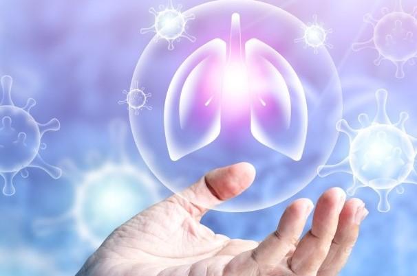 χέρι κρατάει τον πνεύμονα με μετάλλαξη του γονιδίου