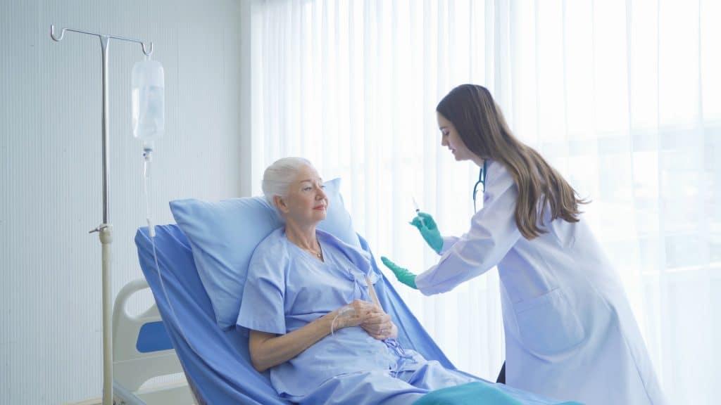 ηληκιωμένη γυναίκα εμβολιάζεται από γιατρό