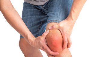 ουρική αρθρίτιδα πόνος στο γόνατο άντρας πιάνει το πόδι του