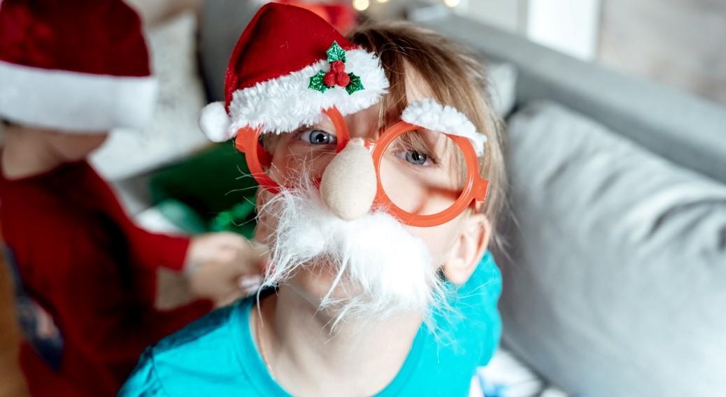 Άγιο Βασίλη παιδί με χριστουγεννιάτικο σκουφί και μουστάκι