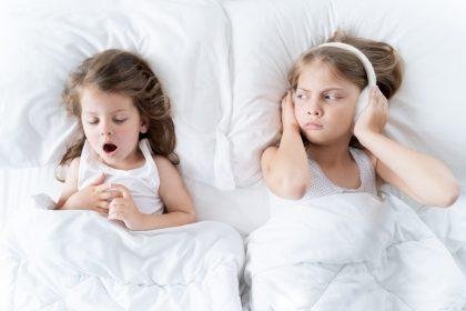 καταθρενία κορίτσι ενοχλείται από την αδερφή της που ροχαλίζει