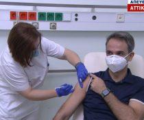Νοσηλεύτρια κάνει εμβόλιο στον πρωθυπουργό
