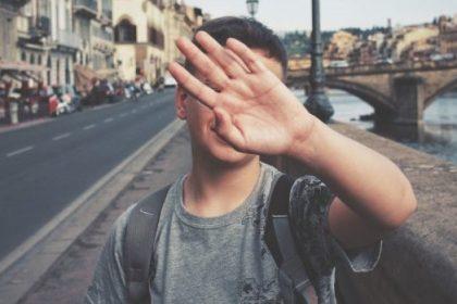 διασχιστική διαταραχή προσωπικότητας αγόρι κρύβει το πρόσωπό του