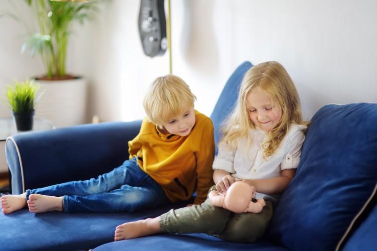 αγόρι και κορίτσι παίζουν με κούκλες