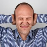 πονοκέφαλοι βότανα άνδρας που πιάνει το κεφάλι του από τον πόνο