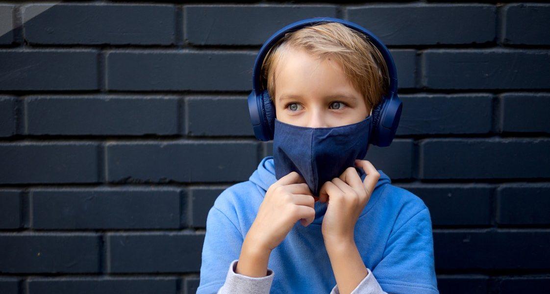 παιδιά στο lockdown με μάσκα ακούει μουσική