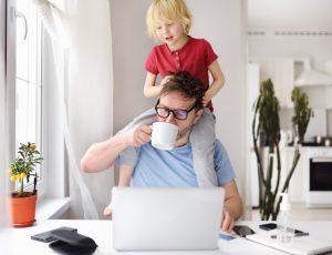 εργασιομανία πατέρας δουλεύει από το σπίτι του με το παιδί του