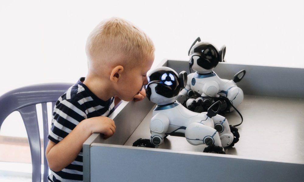 θεραπεία ρομποτικού ζώου παιδί παίζει με σκυλιά ρομπότ