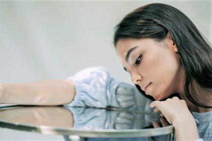 Απάθεια γυναίκα κάθεται στο τραπέζι με στεναχώρια