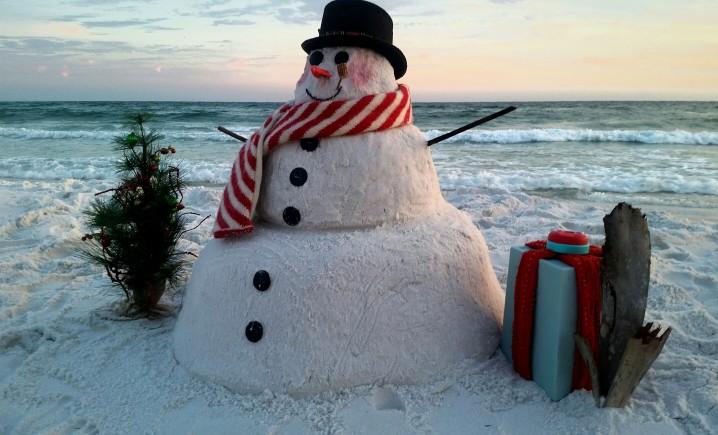 κοινωνικές διακοπές χιονάνθρωπος στην παραλία