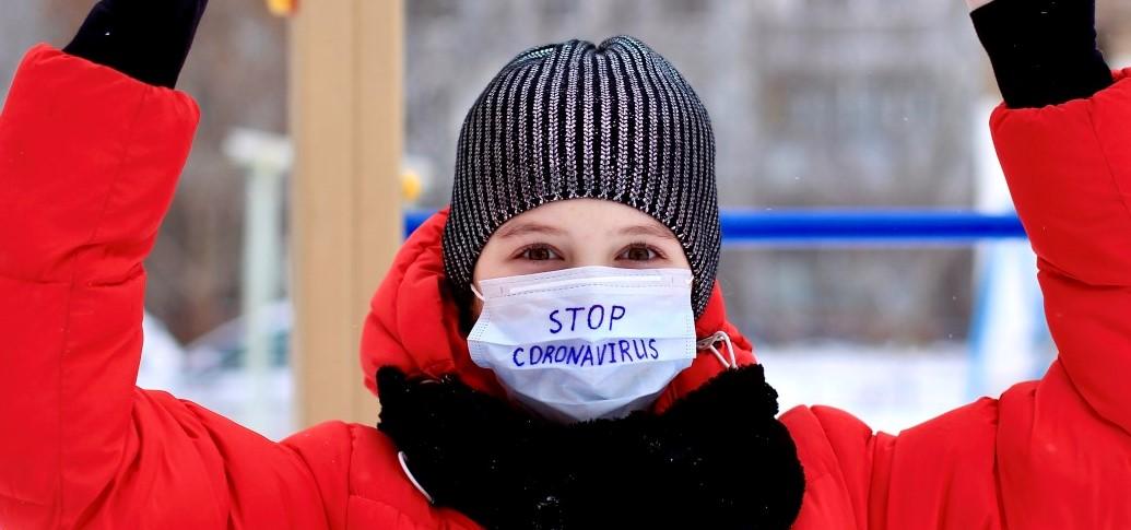 ΑΠΘ μάσκα με μικροβιοκτόνο δράση παιδί που φοράει μάσκα