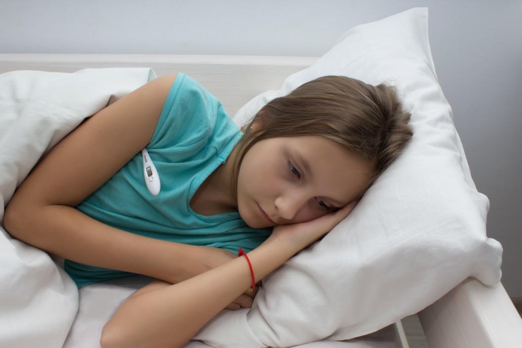 νόσος kawasaki παιδί άρρωστο ξαπλωμένο στο κρεβάτι