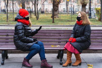 γυναίκες προστατευμένες με μάσκα γιατι οι εμβολιασμένοι μεταδίδουν τον ιό
