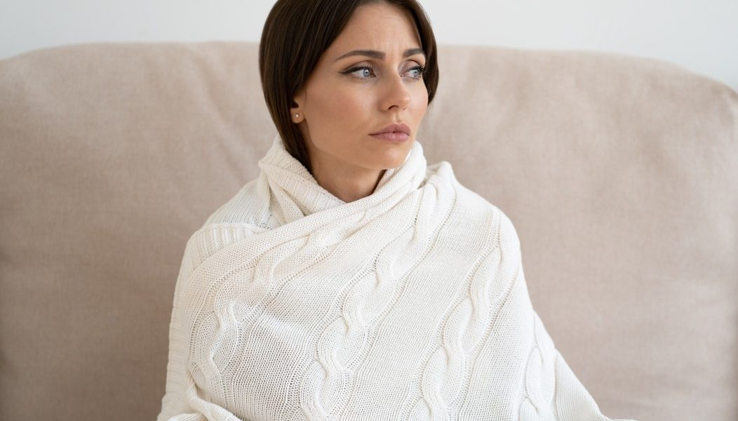 γυναίκα με μετατραυματικό στρες σκέφτεται με τρόμο στο βλέμα