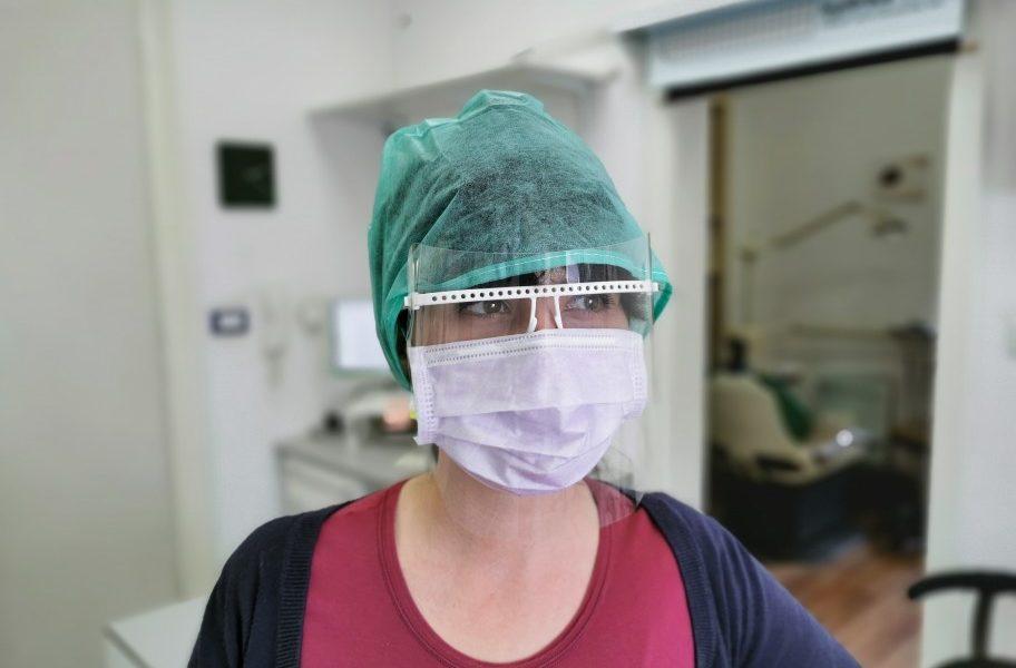 αρνητές εμβολίου γιατρός με μάσκα
