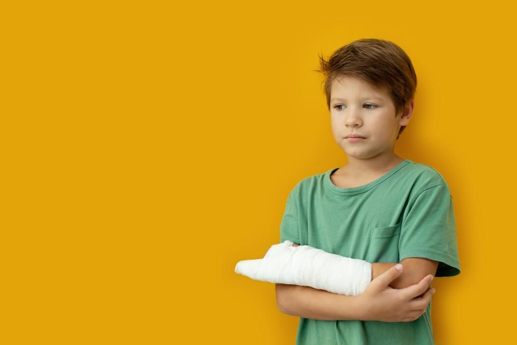 Παιδί με γύψο ύστερα από ατύχημα
