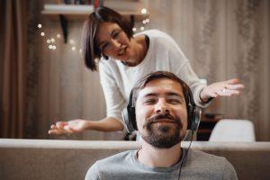 τοξική σχέση γυναίκα φωνάζει στον άντρα της και αυτός ακούει μουσική
