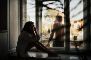 τοξική σχέση γυναίκα στεναχωρημένη στο παράθυρο