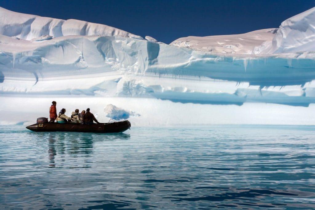 γκρουπ τουριστών στην ανταρκτική