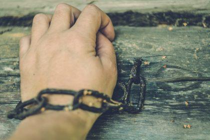 σαδισμός χέρι δεμένο με χειροπέδα