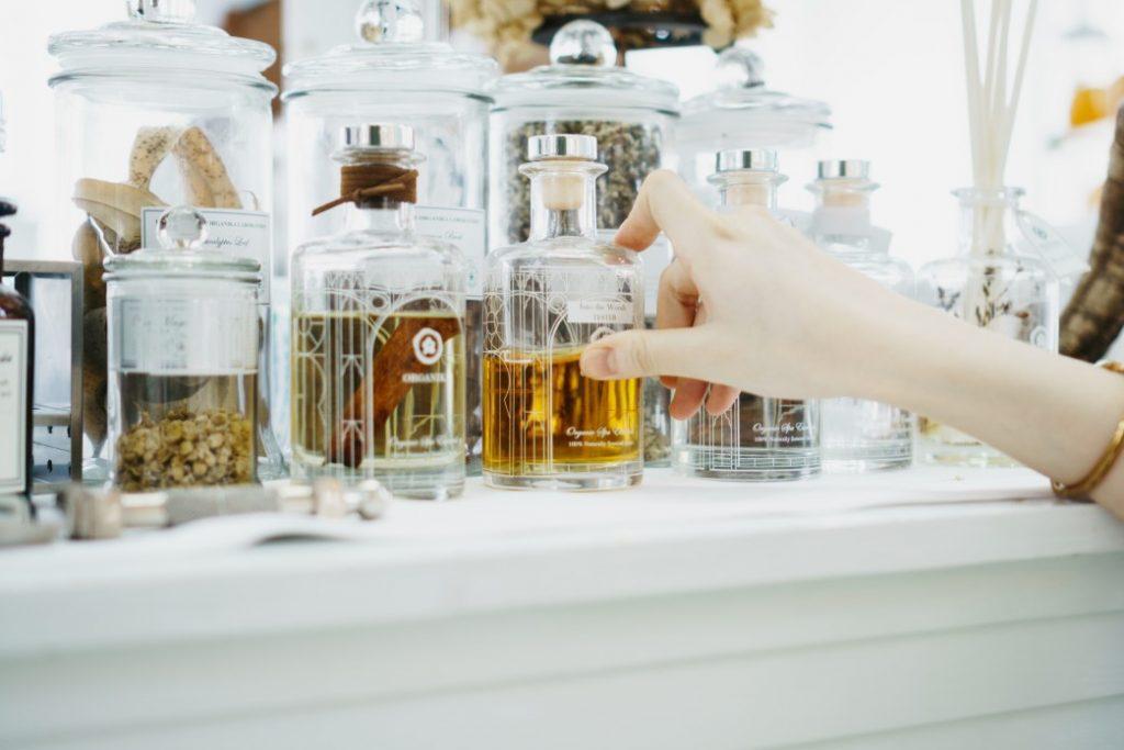αρωματικά φυτά και έλαια σε γυάλινα μπουκάλια