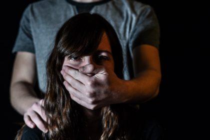βιασμός άνδρας φημώνει το στόμα γυναίκας με το χέρι του